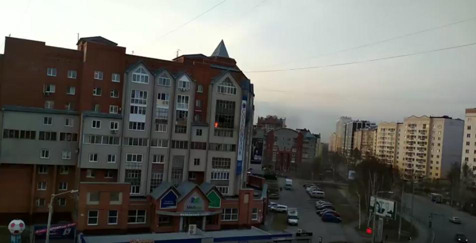 В Томске прохожие спасли выпавшего из окна горящей квартиры мальчика. Фото Скриншот Youtube