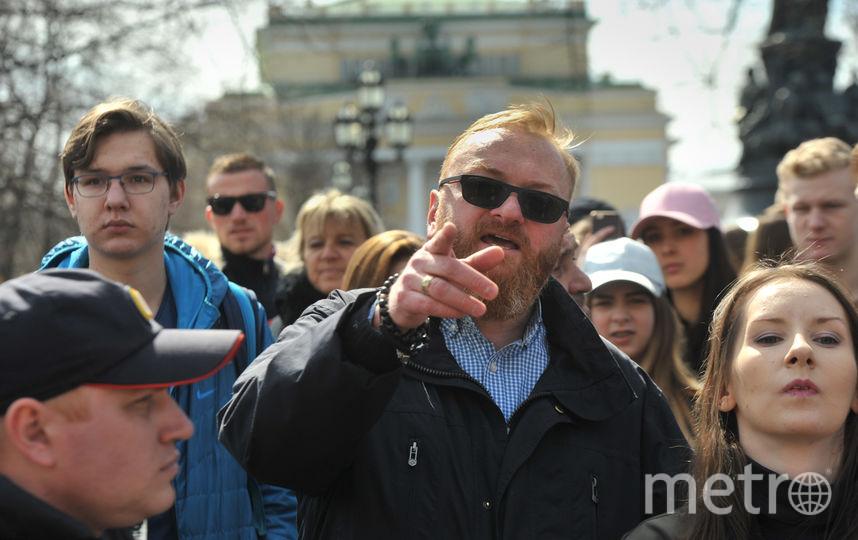 Полиция призвала не реагировать на провокации, а Милонов продолжил шесвтие в отдельной колонне.