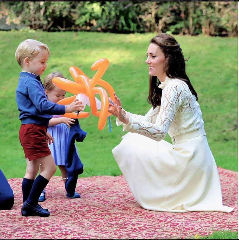 Джордж и Шарлотта вместе с мамой - Кейт Миддлтон.