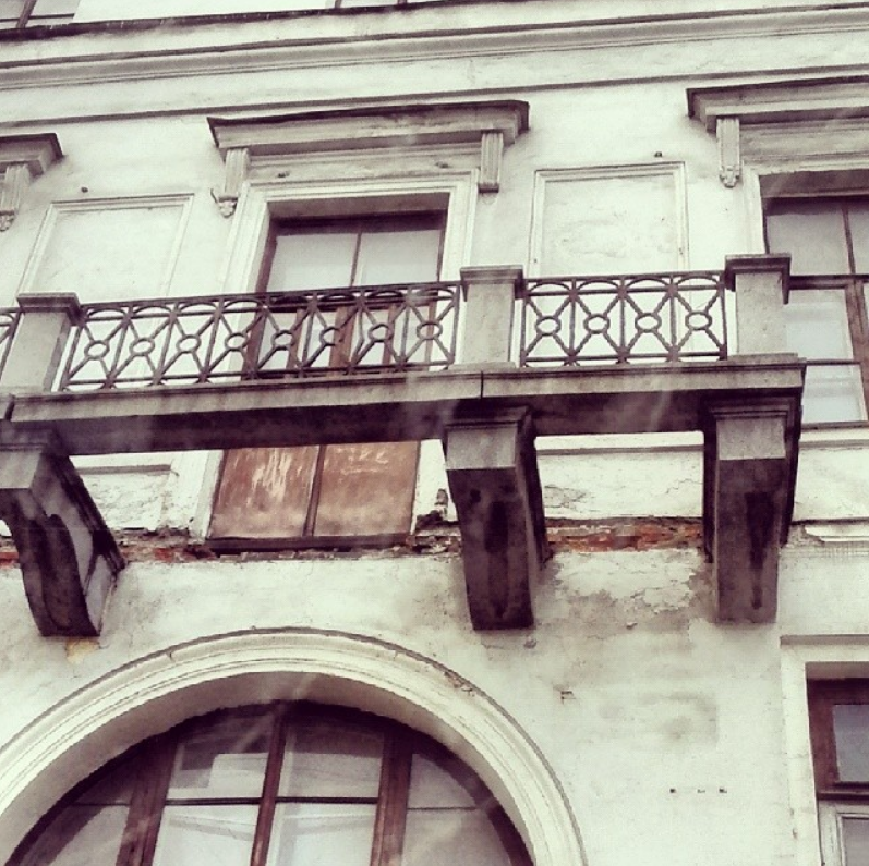 На прохожую упал кусок балкона. Фото Скриншот instagram.com