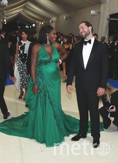 Серена Уильямс прибыла на Бал костюма Met Gala-2017 в Нью-Йорке в сопровождении жениха и отца ее будущего ребенка Алексиса Оганяна. Фото Getty