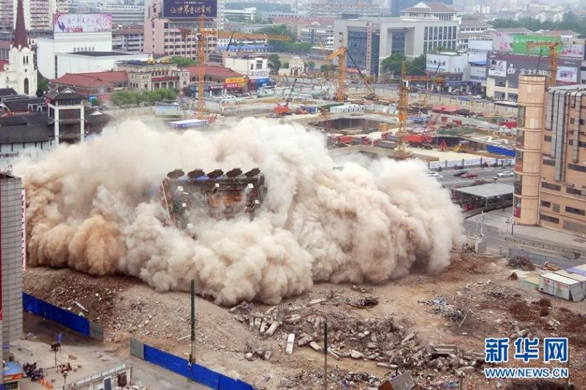 Снос огромного здания в КНР вызвал панику среди прохожих