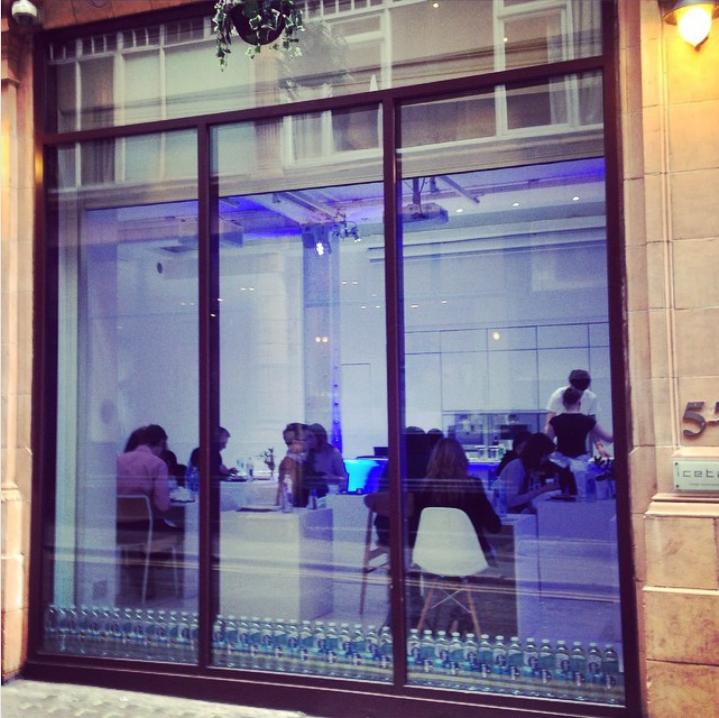 В Амстердаме открыли ресторан для одиночек. Фото Скриншот Instagram/prycie