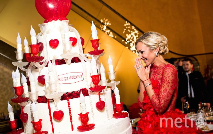 Десерт ко дню рождения Ольги Бузовой  был наделён системой электрической подсветки. Внутри сердец находились трубки с электропроводами, которые управлялась с пульта. Фото Instagram