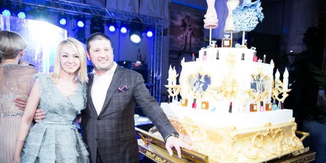 Тортом в стиле Шанель со сладкими платьями и духами Рудковская угощала гостей своей вечеринки.
