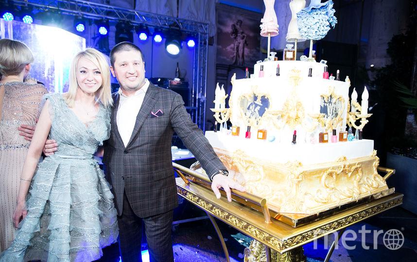 Тортом в стиле Шанель со сладкими платьями и духами Рудковская угощала гостей своей вечеринки. Фото Instagram