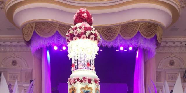 Высокий торт с розово-красными розами.