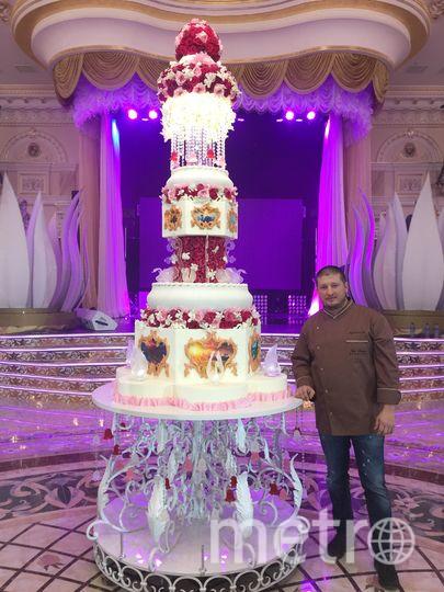 Высокий торт с розово-красными розами. Фото Instagram