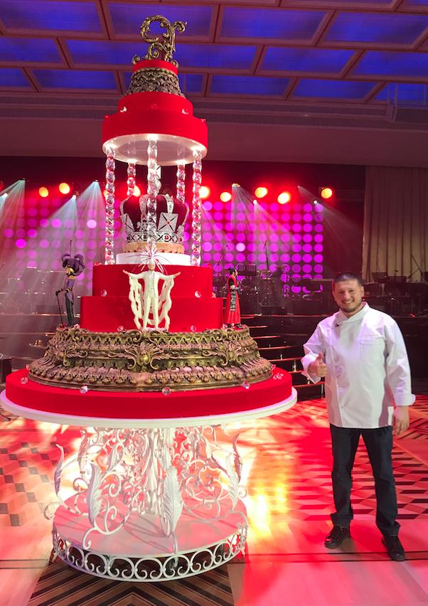 Это торт к 50-летию Киркорова. В центре него была огромная корона российской империи, вращавшаяся вокруг своей оси, а по бокам – съедобные Филиппы в ярких нарядах. Фото Instagram