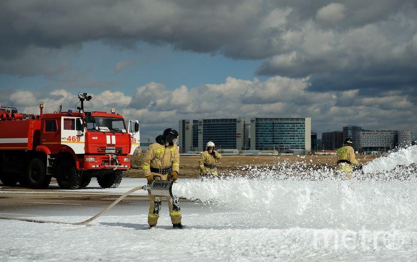 Перед посадкой аварийного ВС пожарные обрабатывают полосу пеной. Фото Пулково