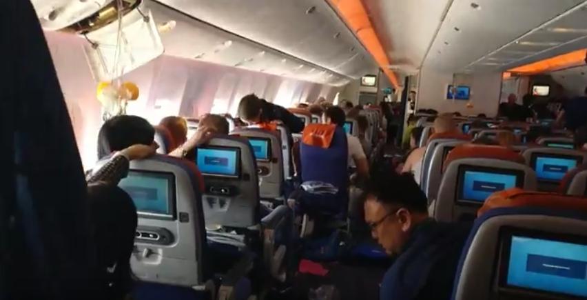 """""""Люди подлетали к потолку и падали обратно"""": Пассажиры рейса Москва-Бангкок рассказали о ЧП. Фото Скриншот Youtube"""