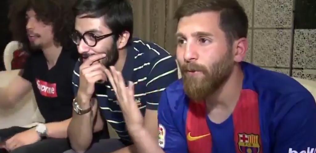 Двойник Месси смотрит футбол в форме каталонцев. Фото скриншот HispanTV