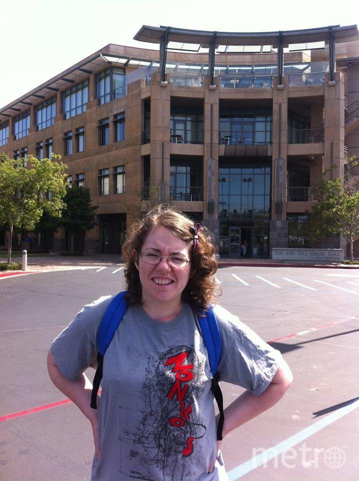 Ребекка возле университета в Ирвайне, где её обследовали. Фото предоставила Rebecca Sharrock