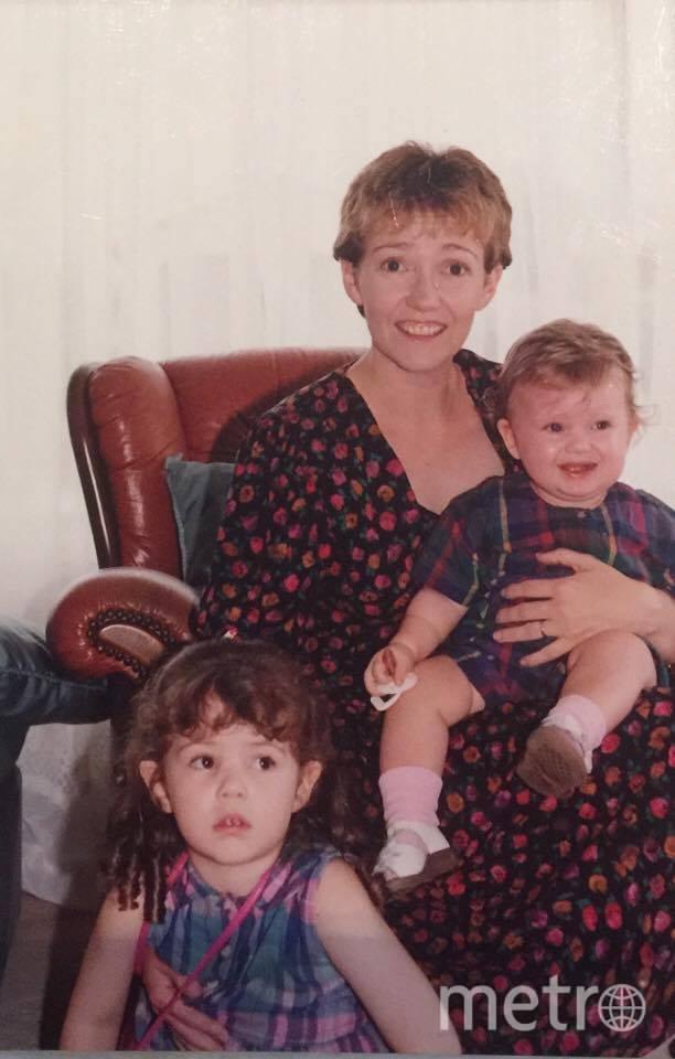 Бекки (снизу) вместе с мамой Джанет и сестрой. Фото предоставил Brent Barnes