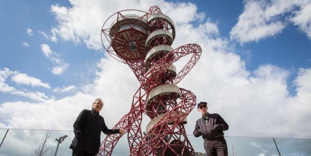 """В Лондоне скульптор соорудил смотровую башню """"Орбита""""."""