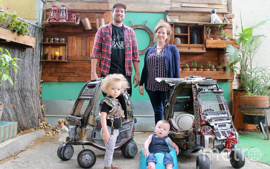 Семья Пфафф вместе с дьявольскими тачками. Фото предоставил Ian Pfaff