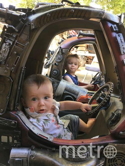 Джуниор и Бенджамин за рулём. Фото предоставил Ian Pfaff