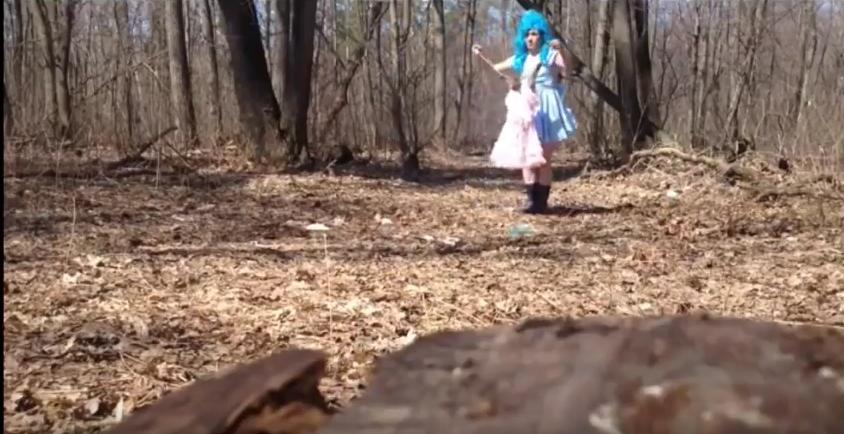 Живодер в костюме Мальвины опубликовал жуткое видео издевательств над котом. Фото Скриншот Youtube