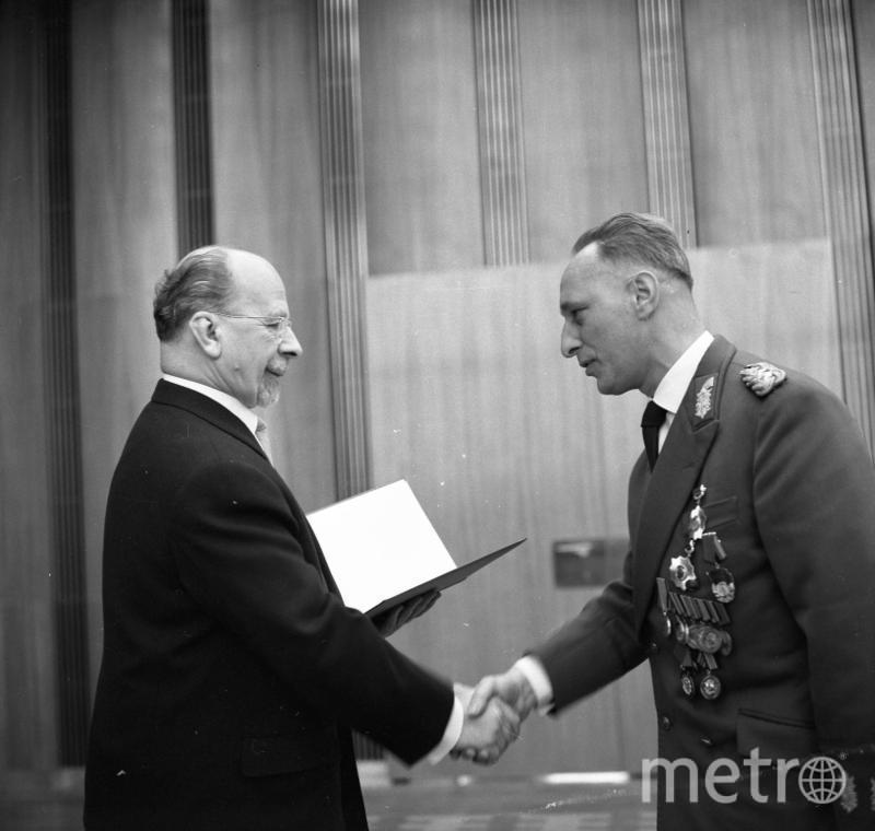 Вальтер Ульбрихт поздравляет Кесслера с присвоением звания генерал-полковника (1 марта 1966 года). Фото wikipedia.org.