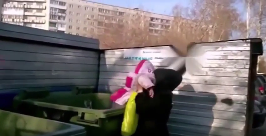 Яжемать из Новосибирска выбросила свою дочь в мусорный бак. Фото Скриншот Youtube