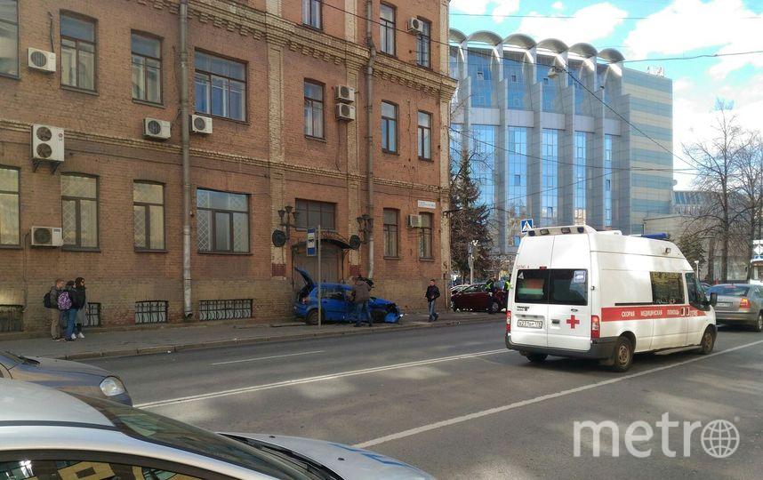 ВПетербурге после ДТП машины вылетели натротуар иранили пешеходов