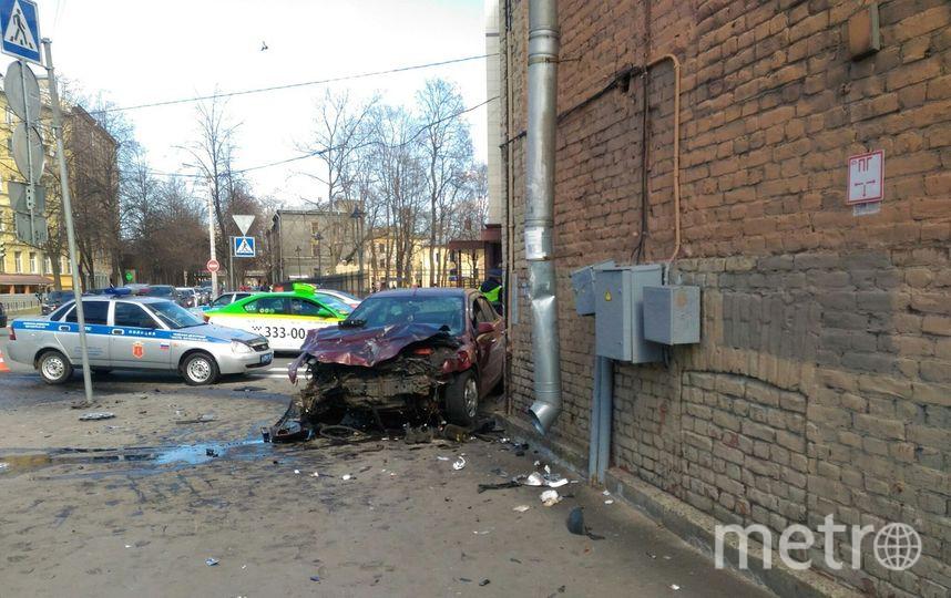 ВПетербурге машины после столкновения вылетели натротуар исбили 2-х пешеходов