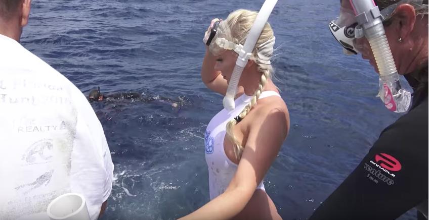 Порноактрису впроцессе подводных съемок укусила акула
