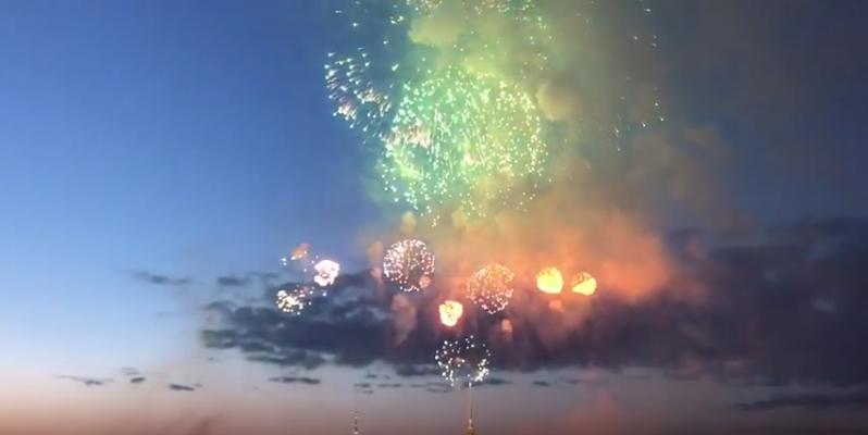 Салют в Петербурге на День Победы 9 мая был дан от Петропавловской крепости. Фото Скриншот Youtube