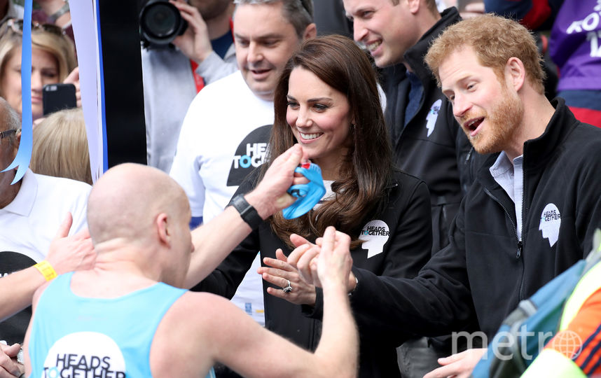 Папарацци запечатлели страстный поцелуй принца Гарри и его возлюбленной. Фото Getty