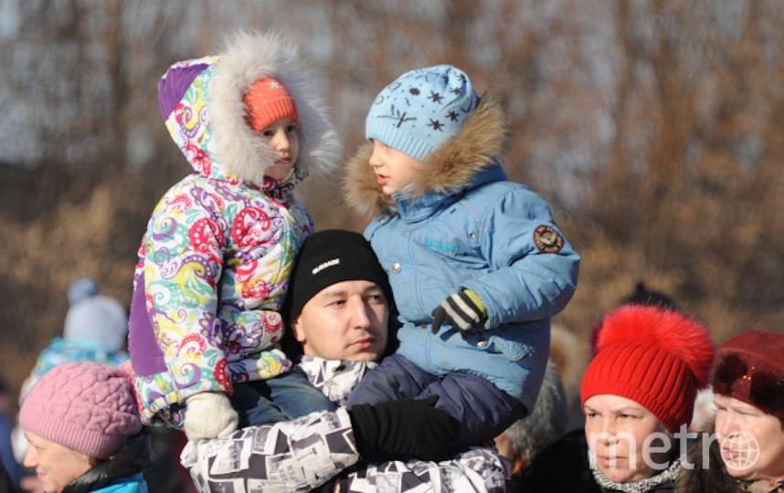 Мужчина с детьми во время масленичных гуляний (архивное фото). Фото РИА Новости
