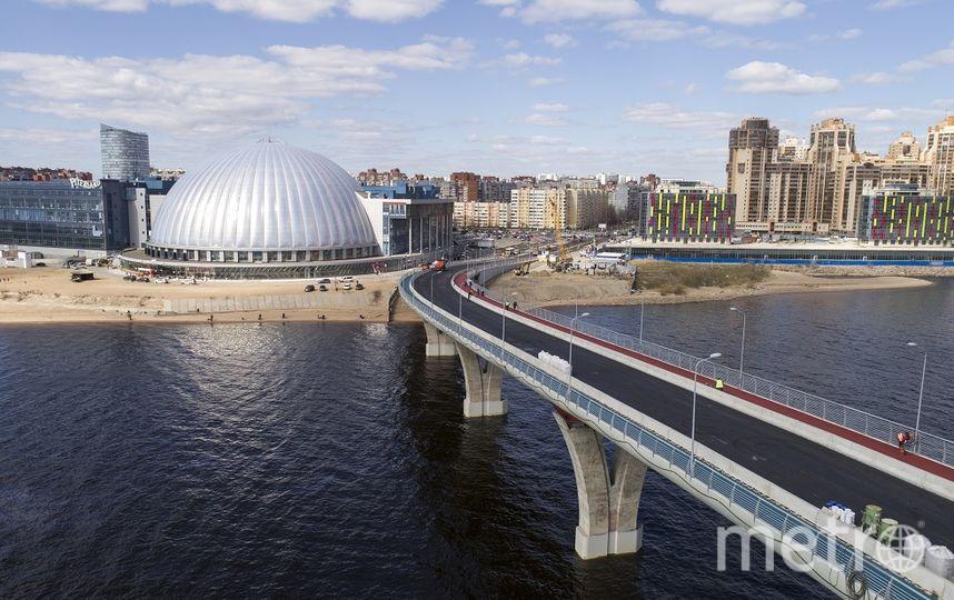 ВПетербурге Яхтенный мост стал трехцветным