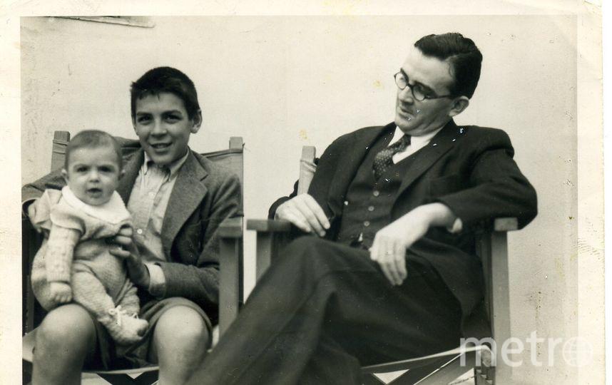 Хуан Мартин сидит на коленях у Эрнесто рядом с отцом. Фото  CONTRIBUTED