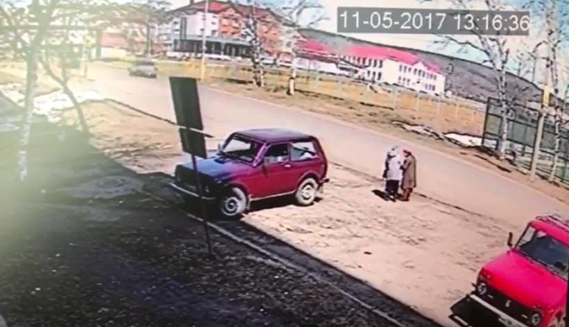 Мужчина пытался выехать на трассу и не заметил женщин, стоявших на окраине. Фото Все - скриншот Youtube