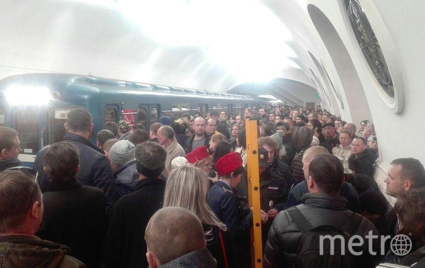 Впетербургском метро пассажир упал нарельсы