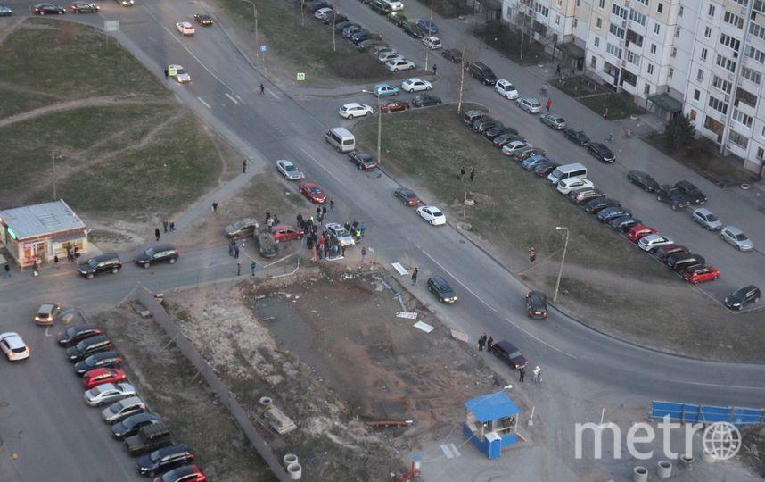 Петербург: Автомобиль перевернулся накрышу наБольшом Сампсониевском