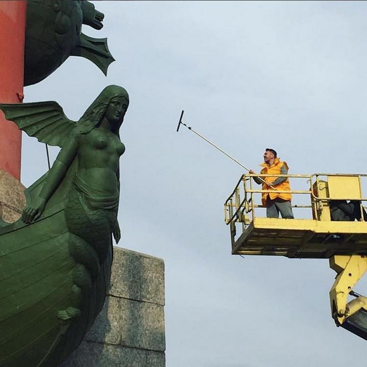 Шнуров помыл Ростральные колонны вПетербурге ради премии местного глянца