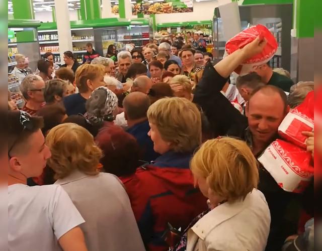 Давка из-за сахара в магазине в Омске. Фото vk.com