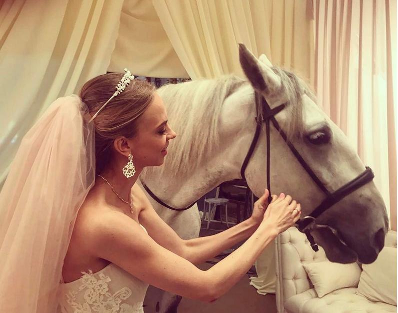 Надежда Сысоева выложила фото в свадебном платье.