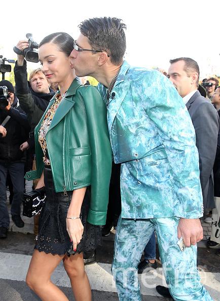 Пранкер пытается поцеловать Миранду Керр. Фото Getty