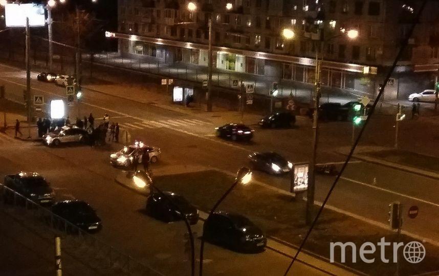 Водитель мотоцикла, по словам свидетелей, получил сотрясение мозга и перелом руки. Фото vk.com/spb_today.
