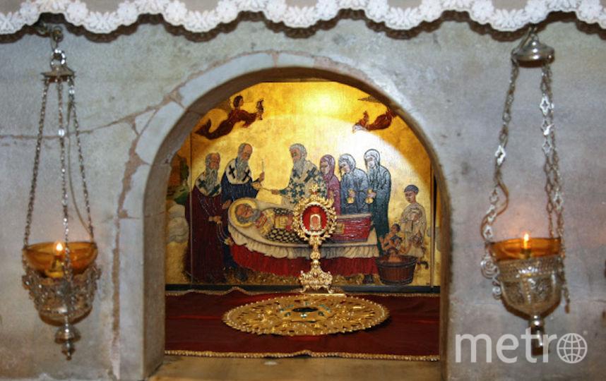 Мраморный престол над мощами Святителя Николая Чудотворца в крипте базилики. Фото РИА Новости