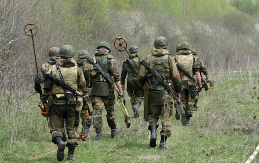 Военнослужащие 17-й отдельной мотострелковой бригады на разминировании территории в поселке Чири-Юрт Шалинского района. Фото Саид Царнаев, РИА Новости