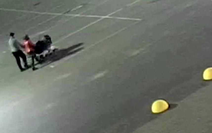 Мужчина пояснил, зачем онизбивал собаку на стоянке петербургского супермаркета