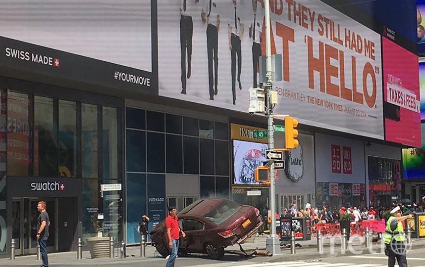 Автомобиль въехал в пешеходов на площади Таймс-сквер в Нью-Йорке. Фото AFP