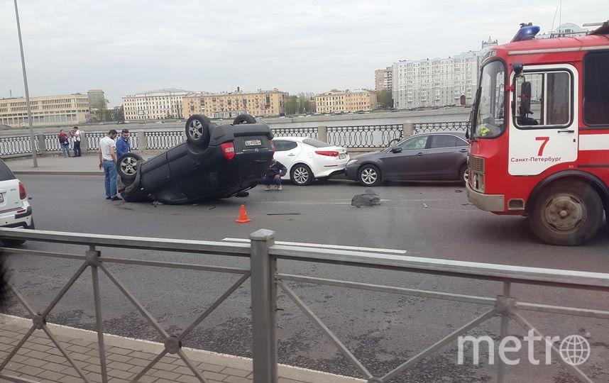 НаСинопской набережной Хёндай  врезался вприпаркованные машины