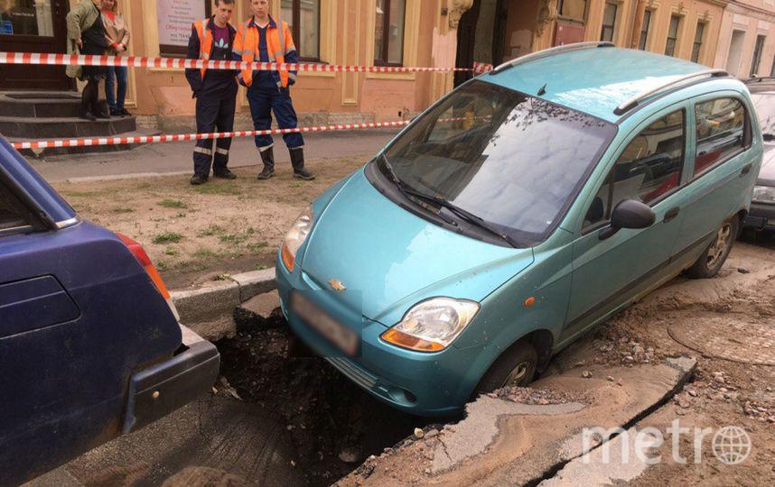 Впереулке Макаренко обрушился асфальт: вяму угодило авто