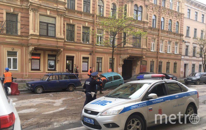 На переулке Макаренко автомобили едва не провалились под землю. Фото vk.com/spb_today