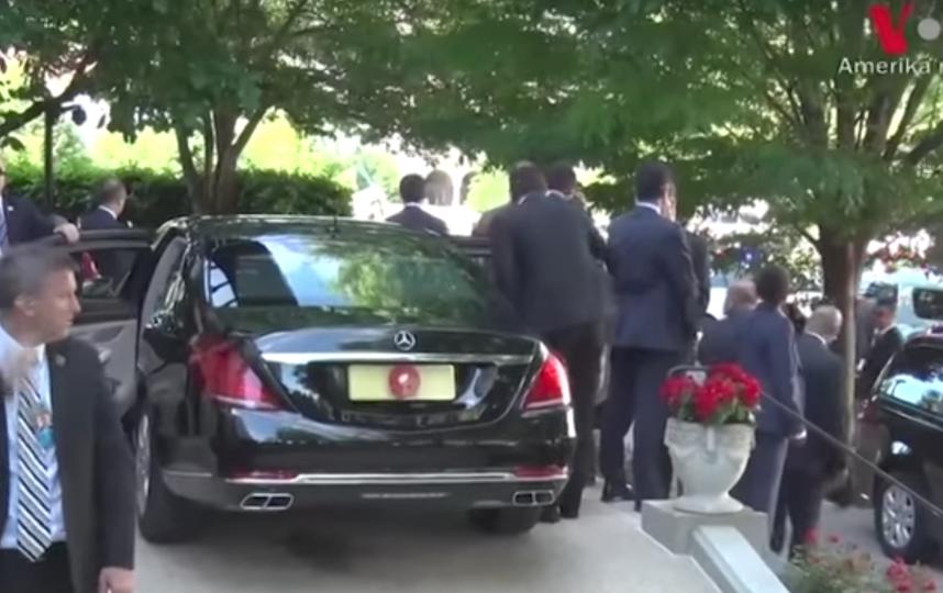 Эрдоган наблюдает за потасовкой в Вашингтоне. Фото Скриншот Youtube