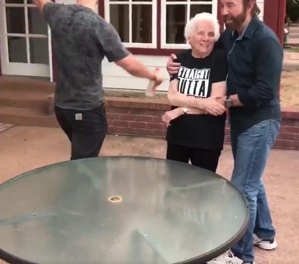 Чак Норрис проиграл бабушке. Фото Скриншот Twitter/smoothsmith8