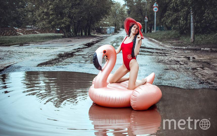 Девушка Анна на розовом фламинго. Фото Светлана Варфоломеева